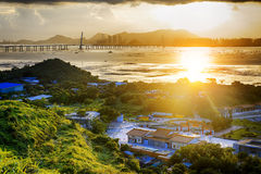 By med härlig solnedgång över den Hong Kong kustlinjen Royaltyfria Bilder