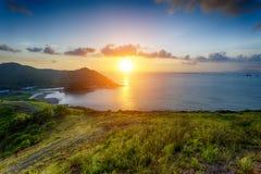 By med härlig solnedgång över den Hong Kong kustlinjen Royaltyfri Fotografi