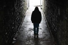 Med huva pojke i en underjordisk tunnel royaltyfri foto