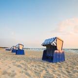 Med huva strandstolar på ön Rugen royaltyfri bild