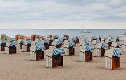 Med huva strandstolar (strandkorb) på den baltiska seacoasten Royaltyfri Foto