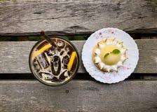 Med is kaffe med den syrliga citronjuice och citronen Arkivfoto