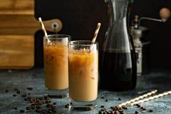 Med is kaffe för kall brygd i högväxta exponeringsglas arkivbild