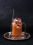 Med is kaffe för efterrätt med chokladglass och hallon Arkivfoton