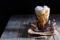 Med is kaffe i ett högväxt exponeringsglas Royaltyfria Foton