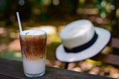 Med is kaffe i ett högväxt exponeringsglas och att piska kräm på överkanten royaltyfria bilder