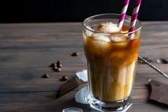 Med is kaffe i exponeringsglas Arkivbilder