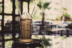 Med is kaffe med kräm i högväxt glass kopp royaltyfri bild