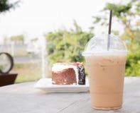 Med is kaffe med blåbärostkaka Arkivbilder