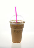 Med is kaffe med sugrör i plast- kopp på vit bakgrund Royaltyfri Fotografi
