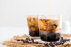 Med is kaffe med mjölkar arkivbilder