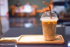 Med is kaffe på tabellen arkivbilder