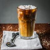 Med is kaffe på träbakgrund Fotografering för Bildbyråer
