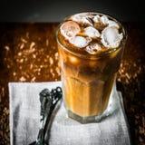 Med is kaffe på träbakgrund Royaltyfri Foto