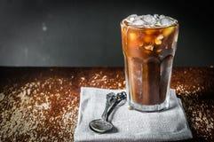 Med is kaffe på träbakgrund Arkivbild