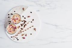 Med is kaffe med rosen och kardemumman i ett högväxt exponeringsglas arkivbilder