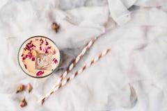 Med is kaffe med rosen och kardemumman i ett högväxt exponeringsglas arkivbild
