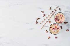 Med is kaffe med rosen och kardemumman i ett högväxt exponeringsglas fotografering för bildbyråer