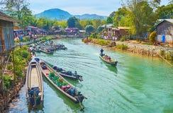By med kanotfartyg, Indein, Myanmar Royaltyfri Fotografi