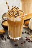 Med is karamelllattekaffe i ett högväxt exponeringsglas Fotografering för Bildbyråer