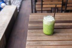 Med is latte för grönt te på trätabellen royaltyfria foton