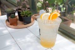 Med is lemonadsodavatten Arkivfoton