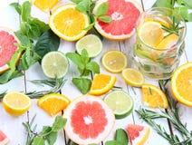 Med is mintkaramellte med citronen Royaltyfri Bild