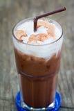 Med is mjölka choklad med sugrör Arkivbild