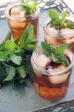 Med is te med mintkaramellen Arkivfoton