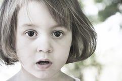 med uppspärrade ögon ung flicka i chock Fotografering för Bildbyråer