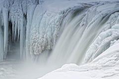 Med is vattenfall av Godafoss, Island Arkivbild