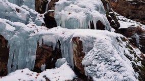 Med is vattenfall på klippan arkivfilmer