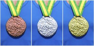 Medaglie di bronzo d'argento dell'oro sull'atleta Fotografie Stock Libere da Diritti