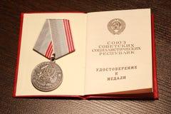 """Medaglie URSS """"Il veterano di lavoro """", """"per lavoro valorous """"con un telegramma di congratulazioni immagini stock libere da diritti"""