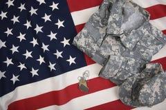 Medagliette per cani e bandiera americana uniformi di combattimento immagine stock libera da diritti