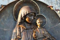 Medaglione della scultura bronzea con l'immagine del vergine benedetto dell'iberico Fotografia Stock