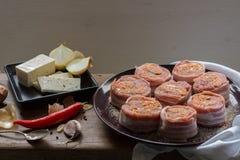 Medaglioni crudi del filetto di carne di maiale riempiti di salsiccia del chorizo ed avvolti con bacon Immagine Stock