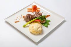 Medaglioni del vitello arrostito con le patate ed i broccoli Fotografia Stock
