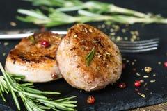 Medaglioni fritti del filetto di carne di maiale con le spezie e le erbe immagini stock