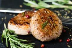 Medaglioni fritti del filetto di carne di maiale con le spezie e le erbe fotografia stock libera da diritti