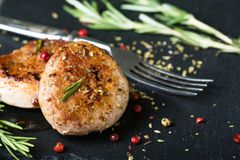 Medaglioni fritti del filetto di carne di maiale con le spezie e le erbe immagine stock libera da diritti