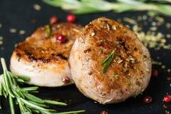 Medaglioni fritti del filetto di carne di maiale con le spezie e le erbe fotografia stock