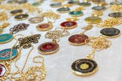 Medaglioni o pendenti da vendere al mercato dell'artigianato fotografie stock libere da diritti