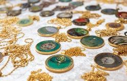 Medaglioni o pendenti da vendere al mercato dell'artigianato fotografia stock libera da diritti
