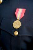 Medaille auf der Uniform eines Bräutigams stockfotos