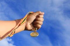 Medaille en hand Stock Foto's