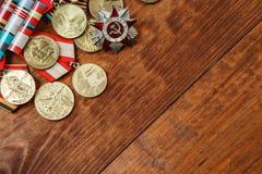Medaillen der UDSSR und die Verdienste von verschiedenen Jahren auf einer Tabelle Lizenzfreies Stockbild