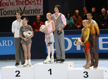 Medaillewinnaars in paar het schaatsen stock fotografie