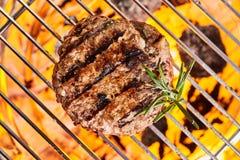 Medaillon des Fleisches grillend auf Grillgitter stockfoto