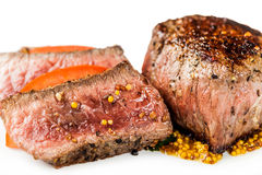 Medaillon mit Soße und Gemüsenahaufnahme lizenzfreie stockfotos